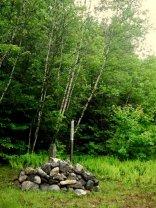 Motinos Žemės šventykla ir akmenys.